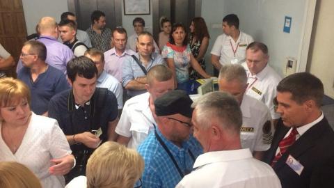 Коммунистов и жириновцев пытались не пустить на заседание облдумы
