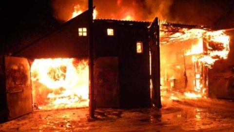 В Петровске утром сгорело два гаража с машинами