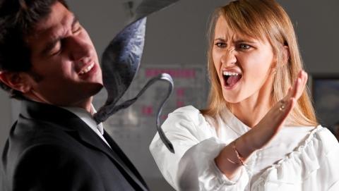 Женщина  ударила по лицу не пускавшего ее без очереди пристава