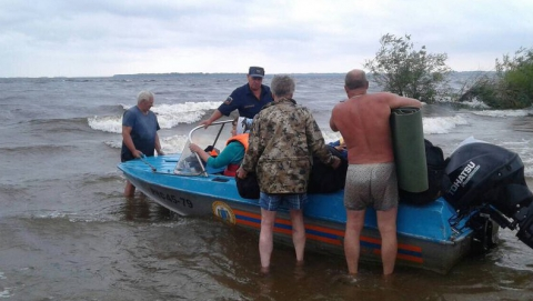 Спасатели эвакуировали с острова попавшую в шторм семью