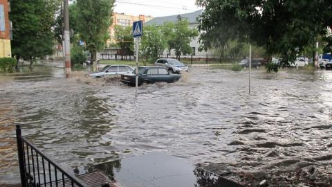 Улицы поселка Химиков в Энгельсе затопило ливневым дождем