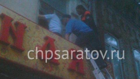 В Саратове спасатели сняли гулявшего по подоконнику ребенка