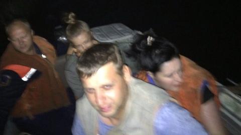 Спасатели сняли пассажиров с неуправляемой лодки
