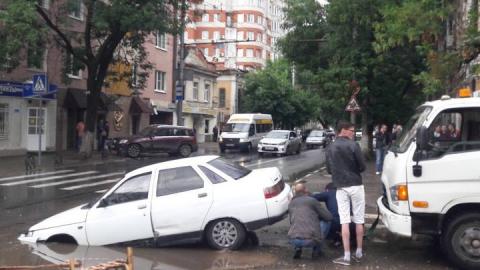 На Чернышевского автомобиль повалился в яму