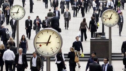 На железнодорожном вокзале стрелки часов переведут на час вперед