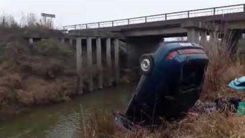 В Ершове «деятка» от удара об парапет вылетела с моста