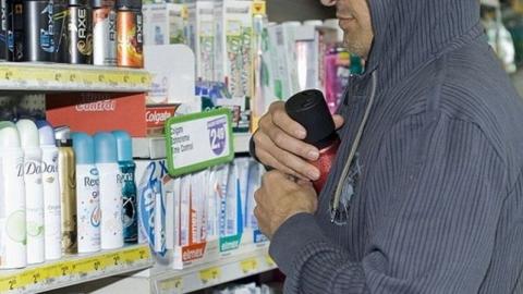 В супермаркете мужчина с женщиной пытались украсть парфюмерию