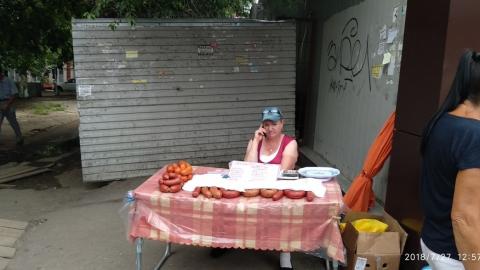 На грязной остановке «Чернышевского» торгуют неизвестной колбасой