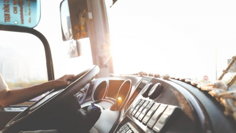 Игнорирующая поручни пенсионерка получила травму в автобусе №90