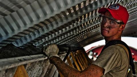 Нехватка рабочих в регионе повысила их зарплаты