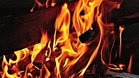 В Новой Липовке сгорел дом с машинами во дворе