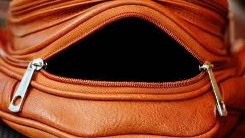 В Заводском районе рецидивист украл сумку из открытой квартиры