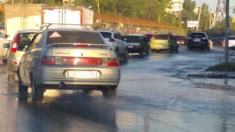 Улицу Тархова продолжают заливать потоки воды