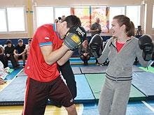 Чемпион Европы по боксу Чеботарев устроил спарринг со школьницей