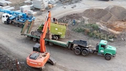 В Саратове на стройплощадке опрокинулся тягач