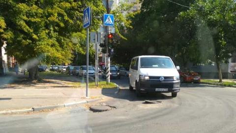 На Рабочей и Хользунова водителям угрожает незакрытый люк