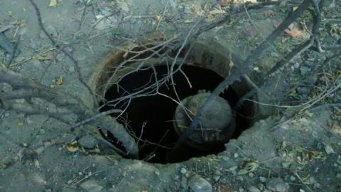 На территории детской больницы стоит открытый канализационный люк