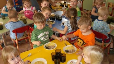 Воспитанников детских садов кормили запрещенными продуктами
