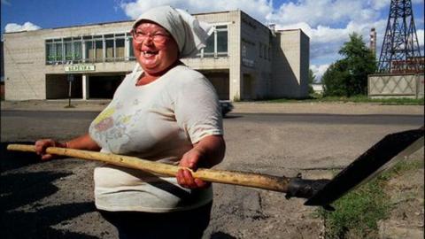 Пенсионерка ударила лопатой мешавшую ей отдыхать односельчанку