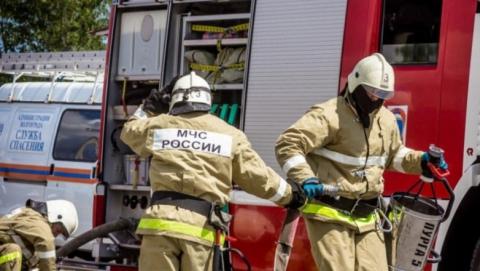 Пожарные эвакуировали жильцов из горящего дома на Заречной