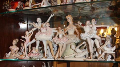 Девушка подозревается в краже коллекции статуэток и ювелирных изделий