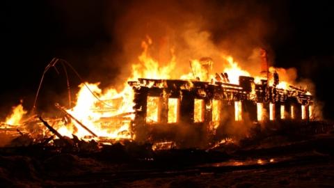 Пожар на Пристанской тушили 23 огнеборца и восемь пожарных расчетов
