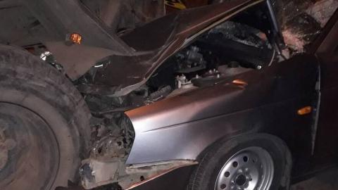 Женщина за рулем «Лады Приора» врезалась в поливальную машину