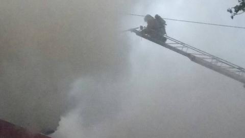 Пожарные тушили шинный центр на Орджоникидзе