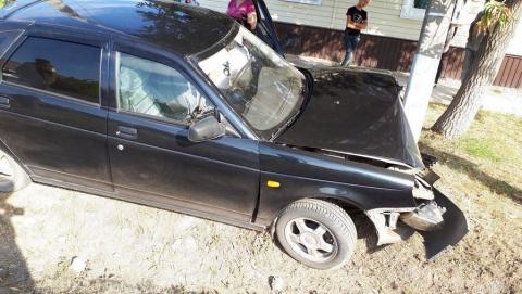 "Автоледи на ""Приоре"" врезалась в столб при обгоне грузовика"