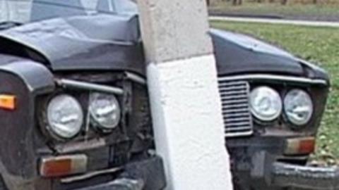 В Пугачеве лихач на легковушке врезался в столб
