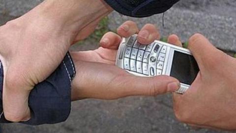 Рецидивист отнял у мальчика сотовый телефон