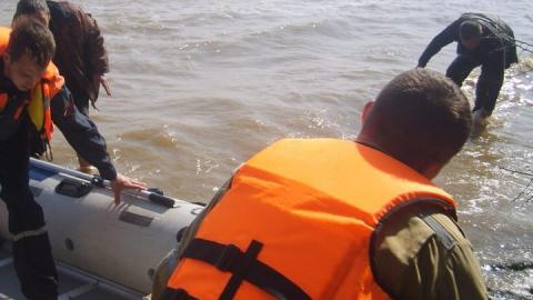 Спасатели помогли рыбаку из перевернувшейся лодки