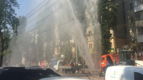 На улице Чернышевского из-под земли забил фонтан