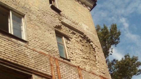 Жители жалуются на разрушение общежития на Азина