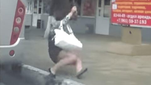 Женщина выпала из движущегося автобуса и умерла