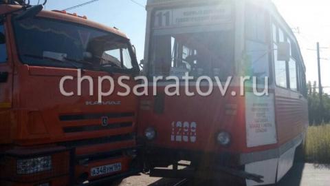 На Танкистов КамАЗ врезался в трамвай