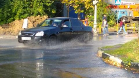 В Ленинском районе вода заливает улицу Тархова