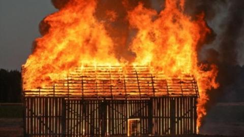 Сегодня ночью в Затоне сгорел большой деревянный дом