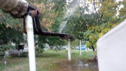 Жители Ленинского района жалуются на гейзер из трубы