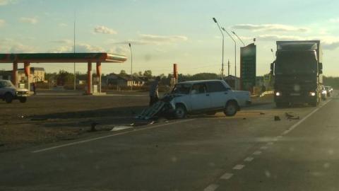 По дороге в Маркс у АЗС произошла серьезная авария с микроавтобусом