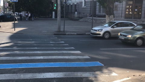 Саратовец покрасил дорожную разметку в центре города в синий
