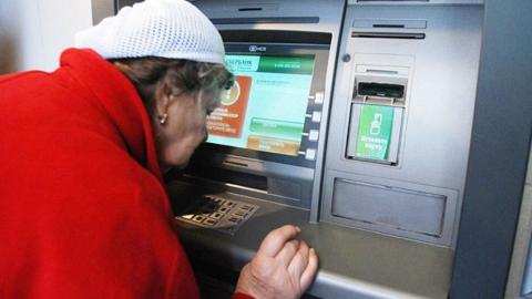 Саратовчанка сняла деньги с забытой в банкомате пенсионеркой карточки