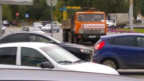 На Вольском тракте КамАЗ врезался в маршрутное такси