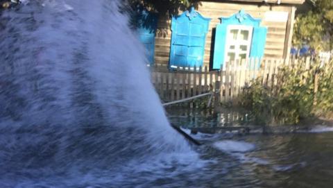 На Белоглинской забил коммунальный фонтан