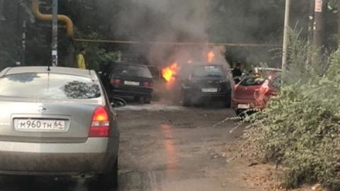 В Ленинском районе горит легковая машина