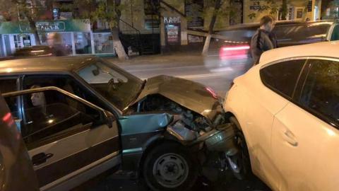 "В Саратове водитель ""ВАЗа"" протаранил три машины на Чапаева"