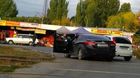 Столкнувшиеся две легковушки заблокировали выезд на Ново-Астраханское шоссе