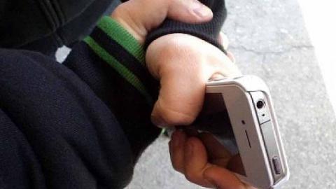 Грабитель отнял у мальчика сотовый телефон