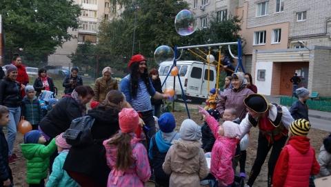 Энергетики установили детскую площадку на улице Соколовой в Саратове