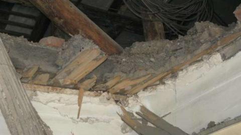 В жилом доме на Челюскинцев обрушился потолок